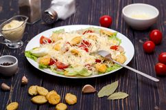 Zeevruchten Caesar Salad met Garnalen, Saladeblad, Croutons, Kers Stock Afbeelding