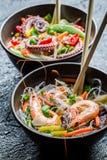 Zeevruchten en groenten met noedels worden gediend die royalty-vrije stock fotografie