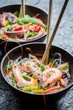 Zeevruchten en groenten met noedels worden gediend die royalty-vrije stock foto's