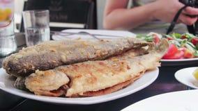 Zeevruchten Gekookt Fried Fish Trout op een Plaat in een Restaurant stock video