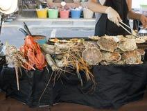Zeevruchten het verkopen op straatmarkt in Phuket, Thailand stock fotografie