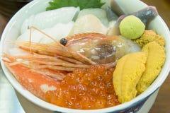 Zeevruchten in Kom in de ochtendmarkt van Hakodate, Hokkaido, Japan Stock Afbeelding