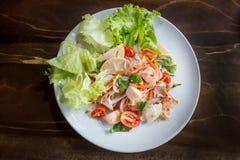 Zeevruchten Kruidige Salade op witte achtergrond stock foto