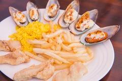 Zeevruchten met Frieten en rijst Stock Fotografie