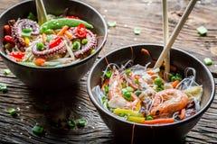 Zeevruchten met groenten en noedels worden gediend die stock fotografie