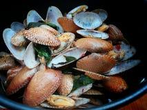 Zeevruchten met kruidige soep worden gebraden die Royalty-vrije Stock Afbeelding