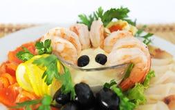 Zeevruchten, met olijven en kruiden prachtig worden gediend dat. Royalty-vrije Stock Foto