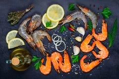 Zeevruchten met Schaaldieren Rode en Witte Garnalen en Kokende Ingrediënten Royalty-vrije Stock Foto