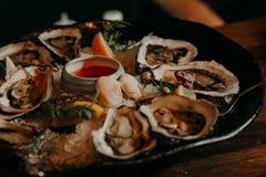 Zeevruchten schaaldieren Ruwe kammosselen met citroen, koriander Stock Fotografie