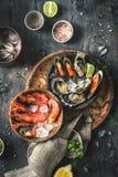 Zeevruchten Verse garnalen, oesters, mosselen, langoustines, octopus in ijs met citroen stock fotografie