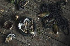 Zeevruchten Verse oesters, mosselen op houten raad stock foto