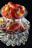 Zeevruchtenbuffet met zeekreeft, oester, krabben en bidsprinkhanengarnalen  stock foto's
