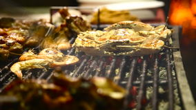 Zeevruchtengrill Geroosterde krab bij de barbecuegrill stock videobeelden