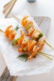 Zeevruchtenkebabs met roze garnalen Stock Foto