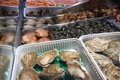 Zeevruchtenmarkt en restaurant stock afbeelding