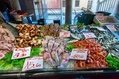 Zeevruchtenmarkt met prijslijst stock afbeelding