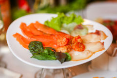 Zeevruchtenplaat - zoute rode en witte vissen met garnalen Stock Foto