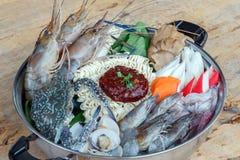 Zeevruchtenreeks van Sukiyaki, Shabu met noedel en groente in de pot Stock Foto's