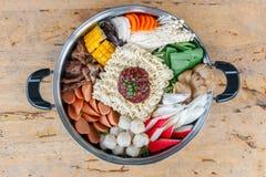 Zeevruchtenreeks van Sukiyaki, Shabu met noedel en groente in de pot Stock Afbeelding