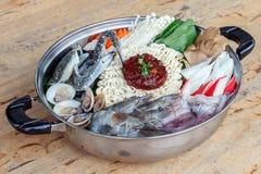 Zeevruchtenreeks van Sukiyaki, Shabu met noedel en groente in de pot Stock Foto