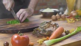 Zeevruchtenrestaurant Overzeese krab die op keukenlijst kruipen terwijl het koken van voedsel Leef krab in overzees voedselrestau stock footage
