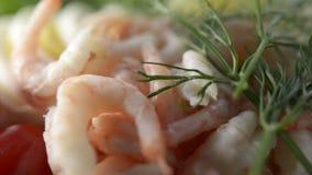 Zeevruchtensandwich met garnalen stock video