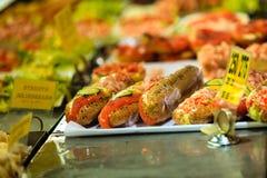 Zeevruchtensandwiches bij de vissenmarkt in Bergen, Noorwegen Royalty-vrije Stock Fotografie