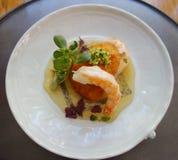 Zeevruchtenschotel in gastronomisch restaurant wordt gediend dat stock afbeelding