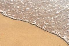 Zeewater langs het strand langs de windgolven Slagdingen omhoog royalty-vrije stock foto's
