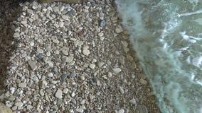 Zeewater op Kiezelstenen 2 stock videobeelden