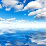 Zeewateroppervlakte en blauwe hemel met wolken Stock Fotografie