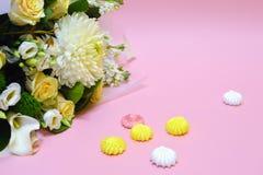 Zefier en bloemen op een roze achtergrond met exemplaarruimte royalty-vrije stock afbeelding