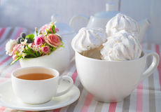 Zefier en kop thee stock fotografie