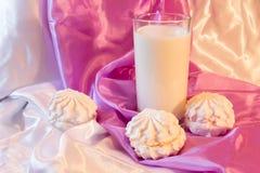 Zefir und Milch Stockfoto
