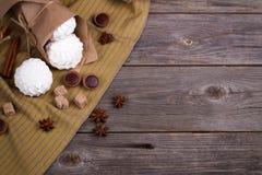 Zefir, zoet wafeltjesbroodjes en karamelsuikergoed op een jute Stock Afbeelding