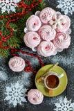Zefiro, caffè nero, fiocchi di neve e ramo attillato Immagine Stock