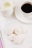 Zefiro e coffe casalinghi sul vassoio di legno Fotografia Stock