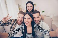 Zeg Kaas! Sluit omhoog van een opgewekte vriend ` s selfie, genomen bij hom royalty-vrije stock afbeelding