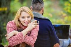 Zeg nr aan bureauroutine Familie van vier in het de herfstbos verhouding de gelukkige hete koffie of de wijn van de meisjesdrank  stock afbeeldingen