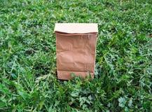 Zeg nr aan plastic zakken ecologische het winkelen zak op het groene gras royalty-vrije stock foto's