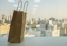 Zeg nr aan plastiek en gebruiksdocument het winkelen zak om de wereld en het milieu te bewaren stock foto