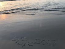 Zeg vaarwel aan jaar 2017 wanneer zonsopgang op het strand Stock Foto's