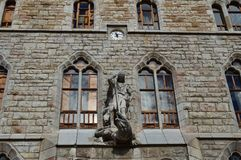 Zegar, Świątobliwy George I smok Na Głównej fasadzie Domowi łupy Gaudi W Leon, Architektura, podróż, historia, Uliczny Photog fotografia stock