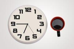 Zegar & filiżanka kawy odizolowywający na sztandarze Zdjęcie Stock