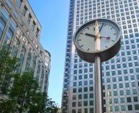 Zegar i budynek biurowy Obrazy Stock