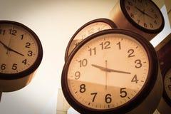 Zegar i budynki biurowi Zdjęcia Stock