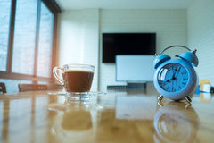 Zegar i kawa na stole w pokoju konferencyjnym Zdjęcie Royalty Free
