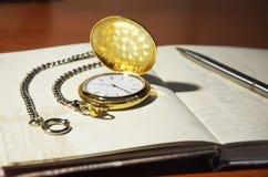 Zegar i notepad Zdjęcia Royalty Free
