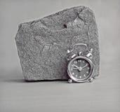 Zegar i skała mono Obraz Royalty Free