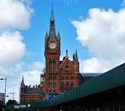 Zegar królewiątko krzyża St Pancras dworzec w Londyn i tubka, Anglia fotografia royalty free